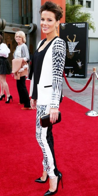 kate-beckinsale-in-a-black-white-patterned-suit-with-a-matching-me-char-clutch-patent-pumps